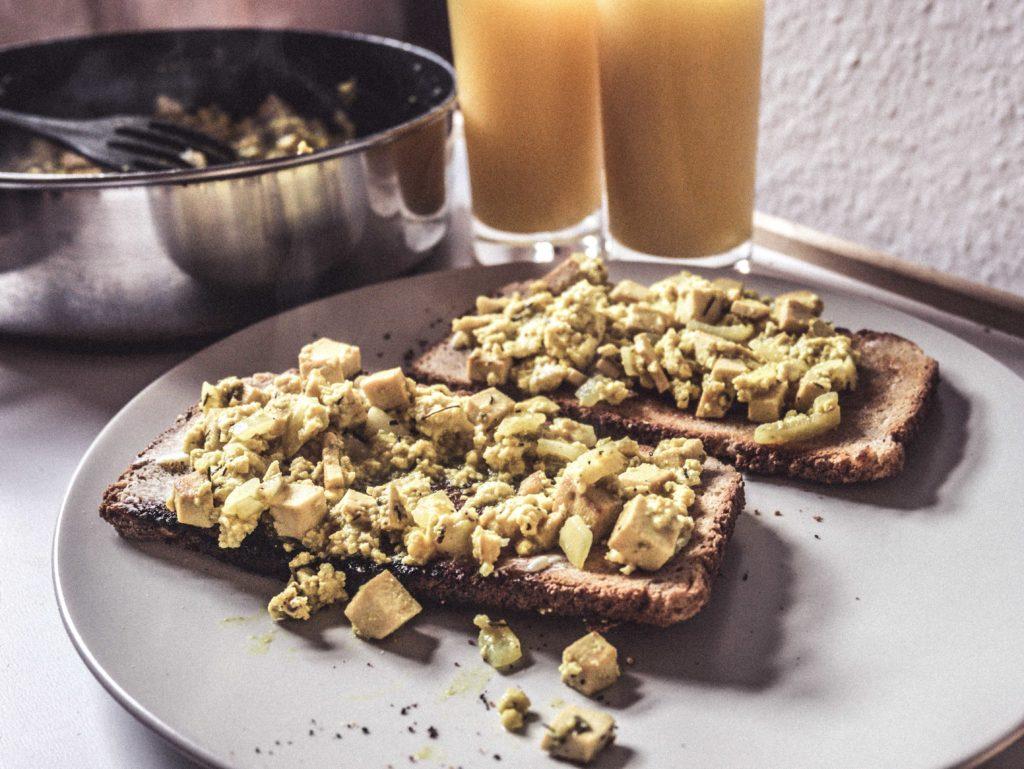 P1020726-1024x769 Veganes Rührei mit Zwiebeln und Tofu Speckwürfeln